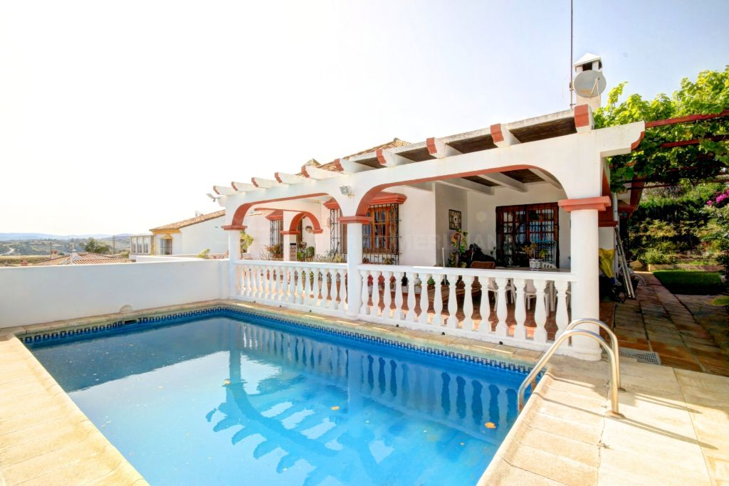 Estepona, Large villa for sale  in sought after estate of Seghers in Estepona, with great sea views and close to the beach.