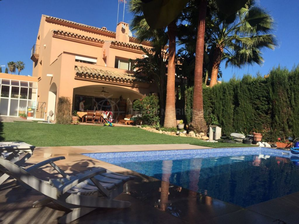 Estepona, Well presented 4 bedroom Andalusian villa for sale in Nueva Atalaya, Estepona, walking distance to the beach and ameneties
