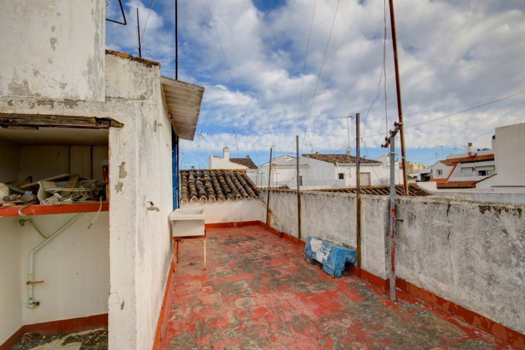 Estepona, Townhouse for sale in the old town of Estepona, with entry from 2 streets and close to the beach.
