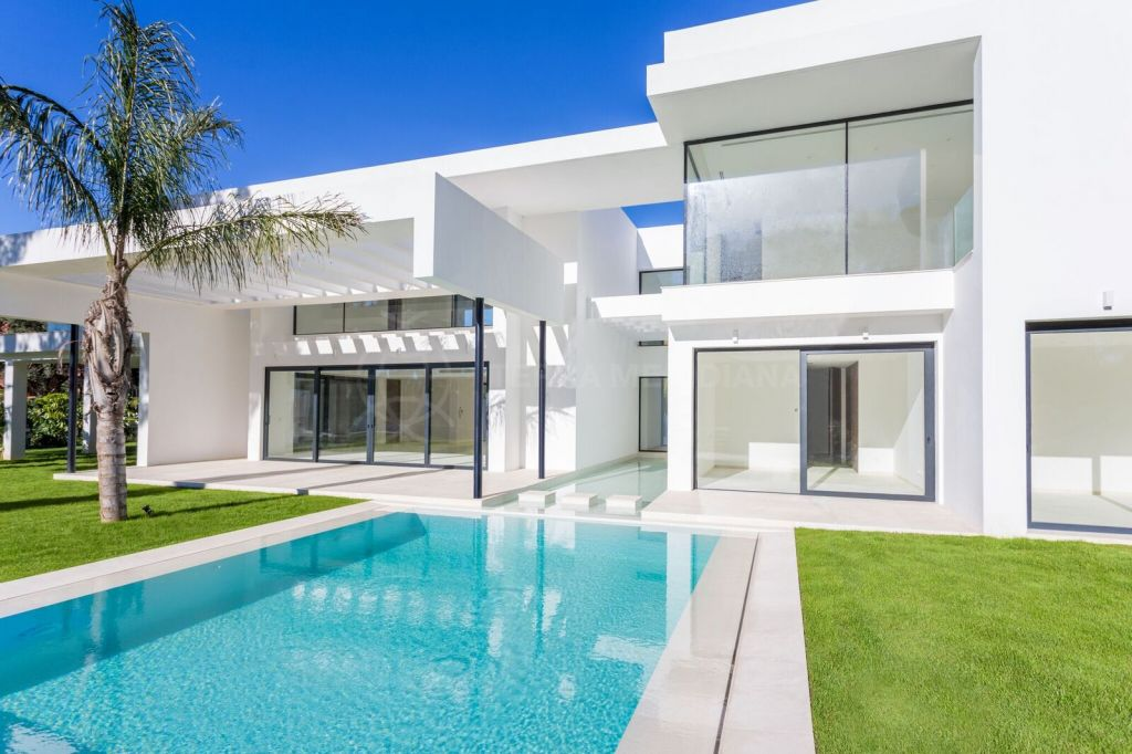 Estepona, Recently completed new modern villa for sale in Casasola, Estepona with private pool and garage parking