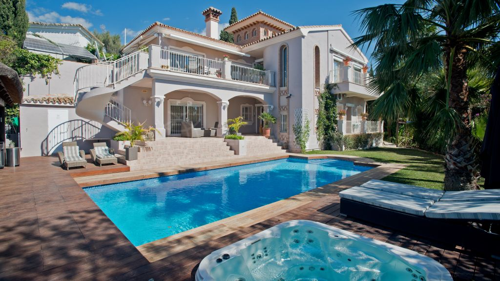 Marbella East, Classic villa for sale with magnificent sea views in el Rosario in Marbella
