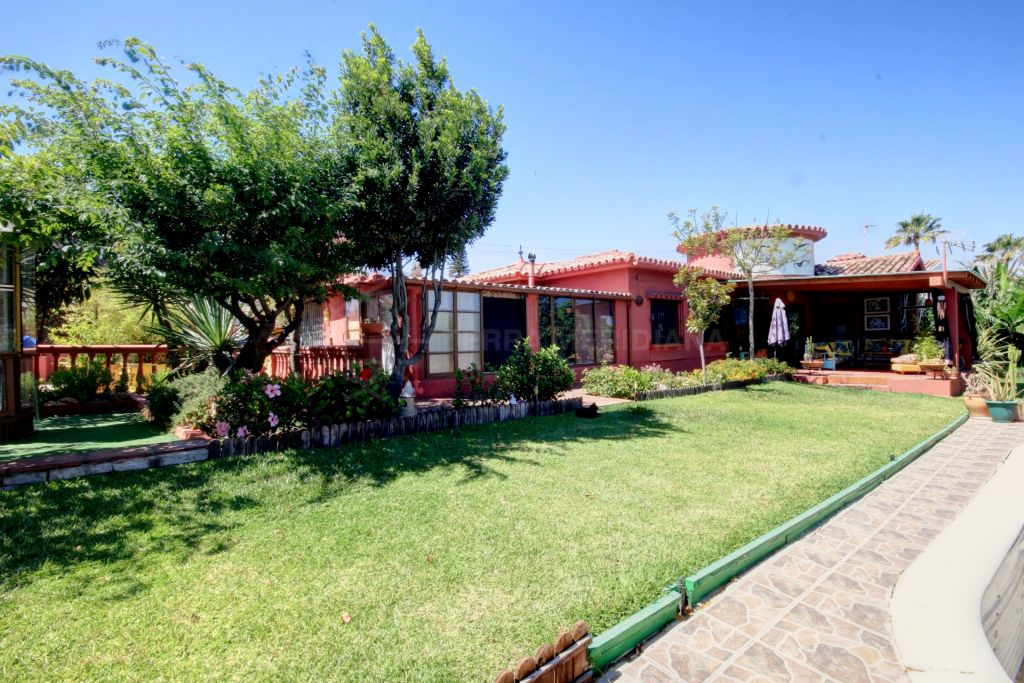Estepona, Large villa on one level with 5 bedrooms close to the beach and Estepona Centre