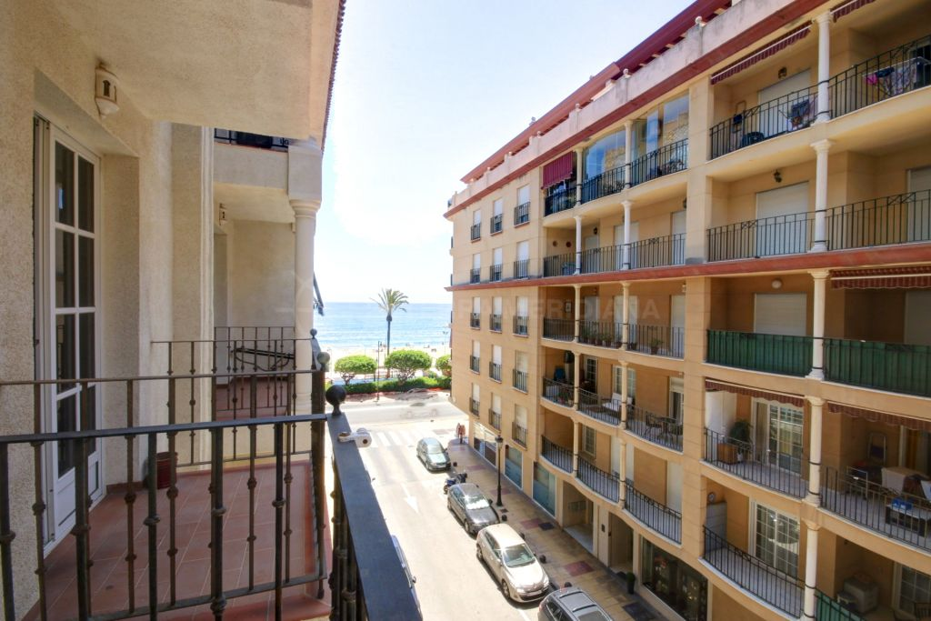Estepona, 2 bedroom apartment for sale in the town centre of Estepona, with side views to the sea.