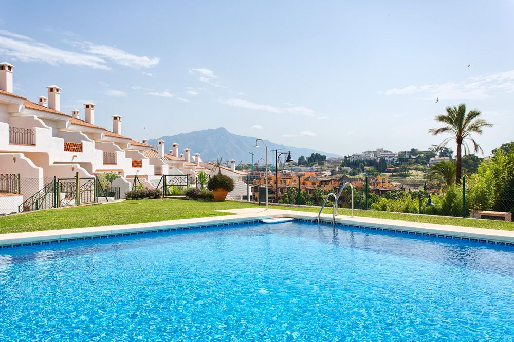 Estepona, Townhouse for sale in El Paraiso Medio, very close to Puerto Banus and Estepona with community swimming pool