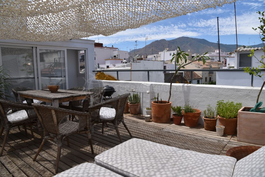 Estepona, Townhouse facing 2 streets in the old town centre of Estepona, with private terrace.