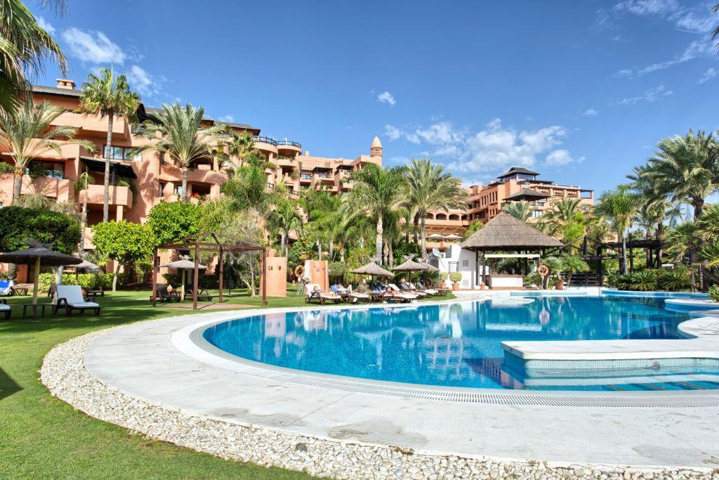 Estepona, Elegant studio apartment for sale with pool views, 5 Star Hotel Kempinski in Estepona