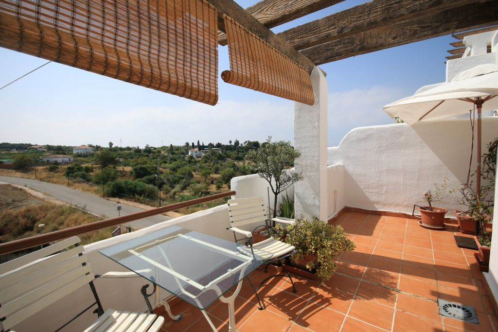Estepona, Immaculate middle floor apartment for sale in Lunymar, with partial sea views, Selwo area Estepona