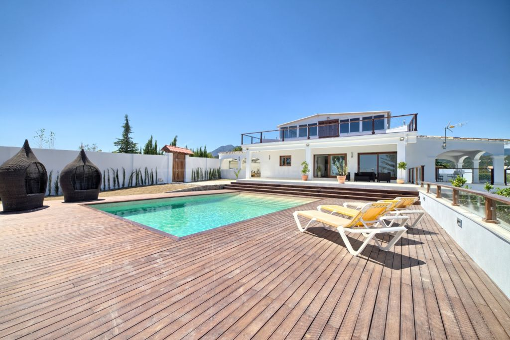 Estepona, Recently renovated family villa for sale, with pool, panoramic views, close to local services, El Padrón, Estepona