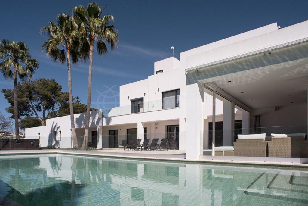 Estepona, Villa moderna, de nueva planta, en venta, con piscinas interior y exterior, ascensor, parcela grande, cerca a la playa, Atalaya Baja, Estepona