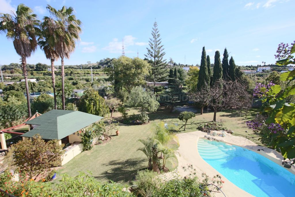 Estepona, Villa in el Padron for sale with private swimming pool situated in Estepona