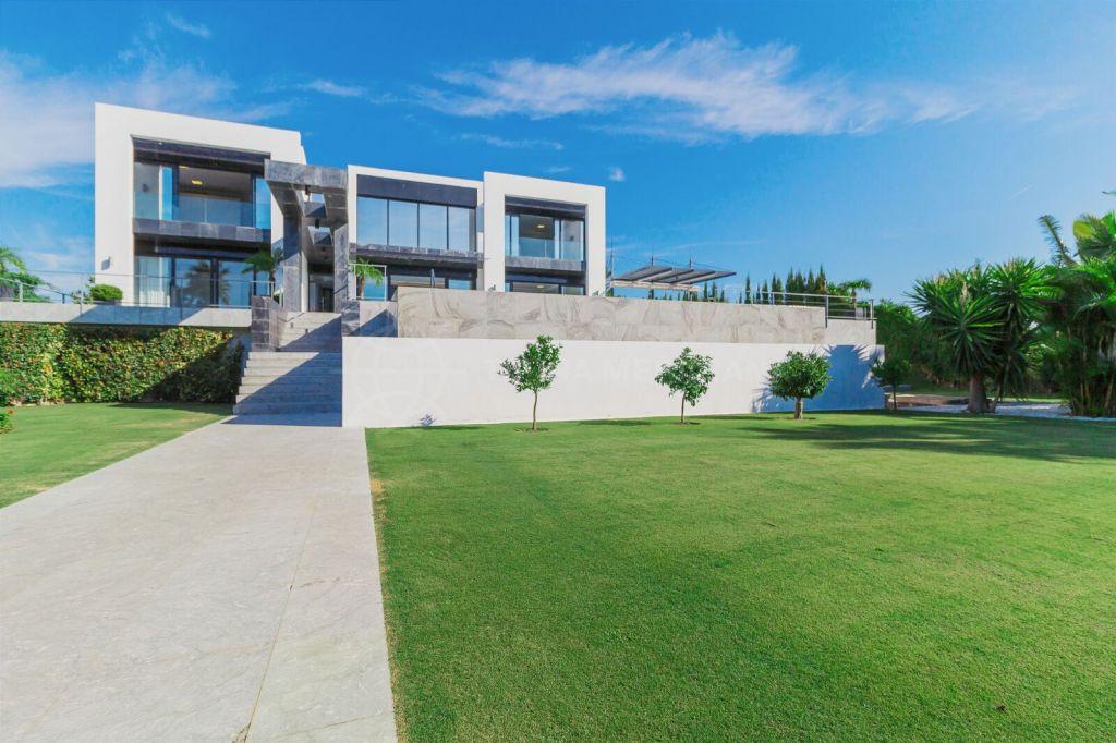 Benahavis, Modern villa for sale with sea views in La Alqueria, Benahavís