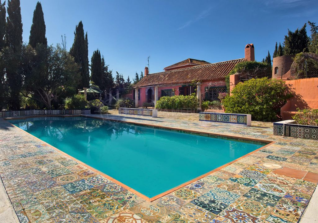 Estepona, Rustic style villa for sale with sea views in Reinoso, Estepona, Malaga