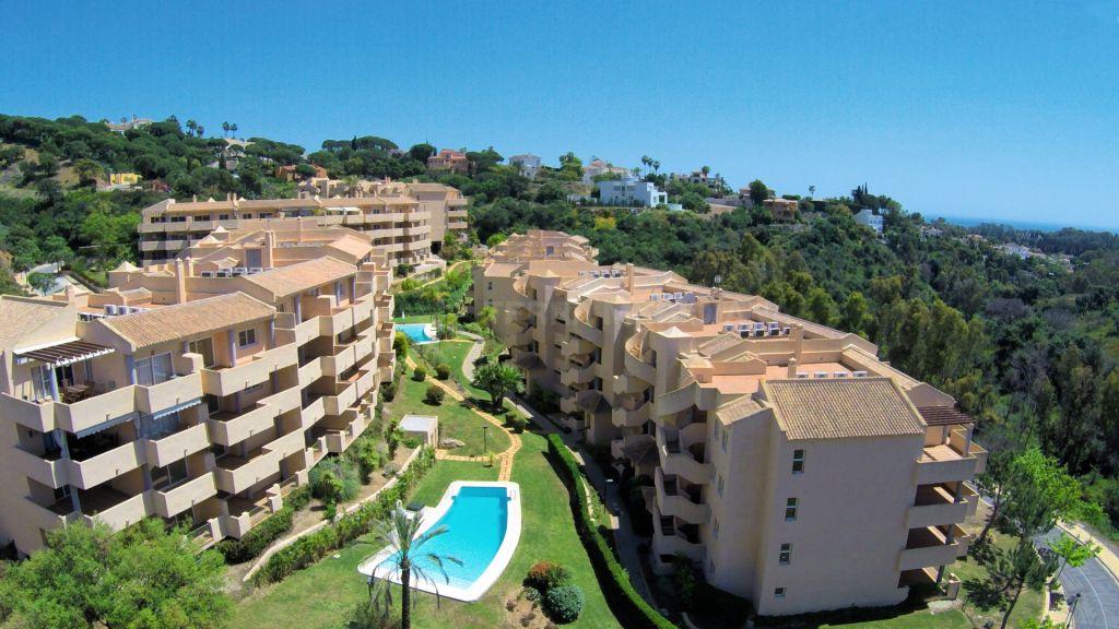 Apartamentos y pisos en venta en marbella este for Jardines de santa maria elviria