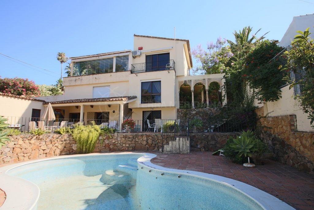 Estepona, Beautiful Villa for sale in Bahia Dorada, Estepona, with super sea views and close to the beach