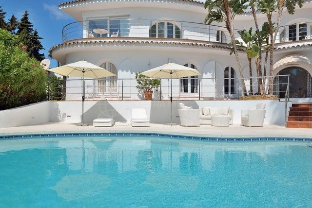 Marbella Golden Mile, Classic design villa for sale in Nagueles with private swimming pool and large garden, Marbella