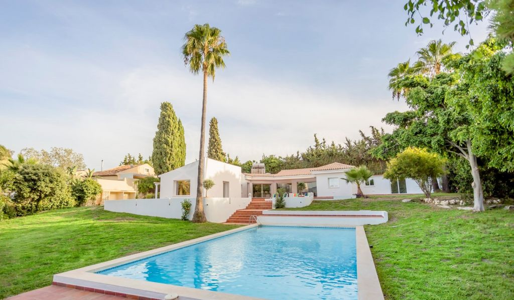 Estepona, Refurbished open plan 4 bedroom villa for sale in Reinoso, a gated community in El Padron Estepona - large plot, very private w