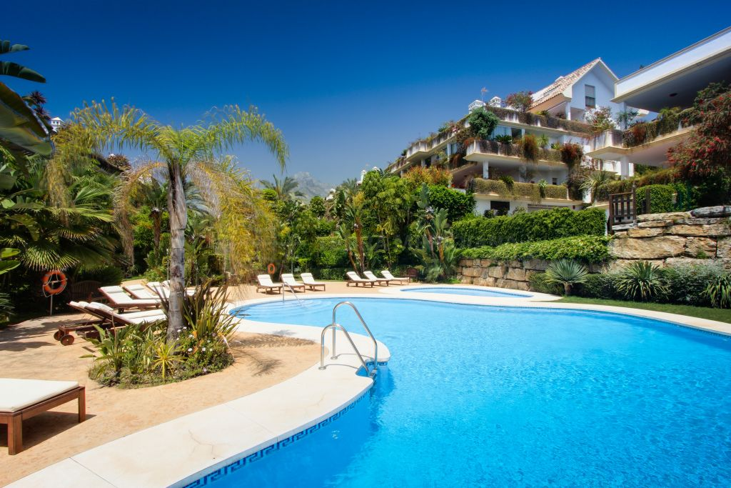 Marbella Golden Mile, Spacious 2 bedroom ground floor apartment for sale, Lomas del Rey, Marbella Golden Mile with private garden and communal pool