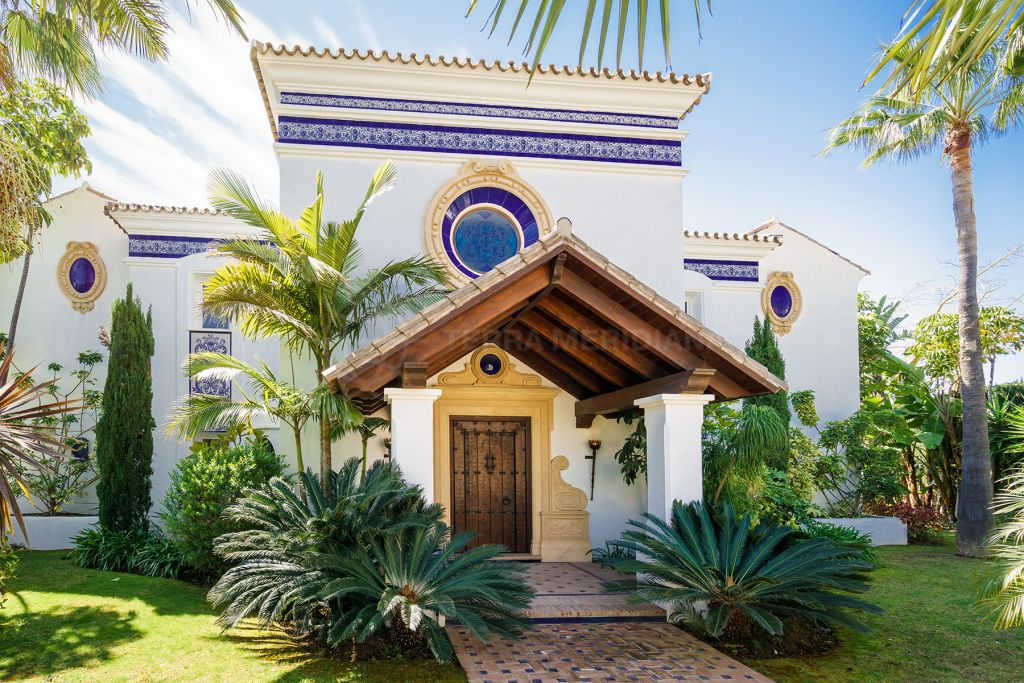 Benahavis, Elegant 5 bedroom Mediterranean villa for sale in Capanes Sur, Benahavís with sea and mountain views
