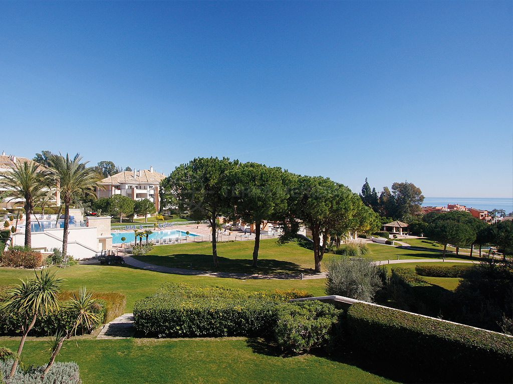 Marbella Golden Mile, Immaculate 3 bedroom apartment for sale in La Trinidad, Marbella Golden Mile, with sea views and community pool