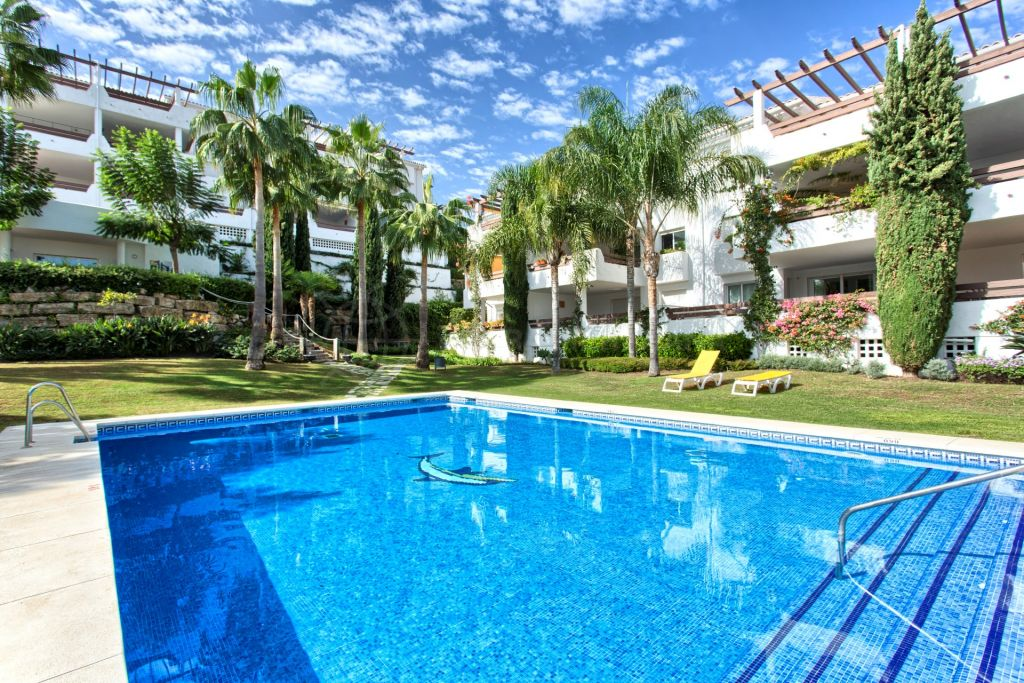 Estepona, Spacious 2 bedroom penthouse for sale in Selwo Hills, Estepona, large outdoor terraces with sea views