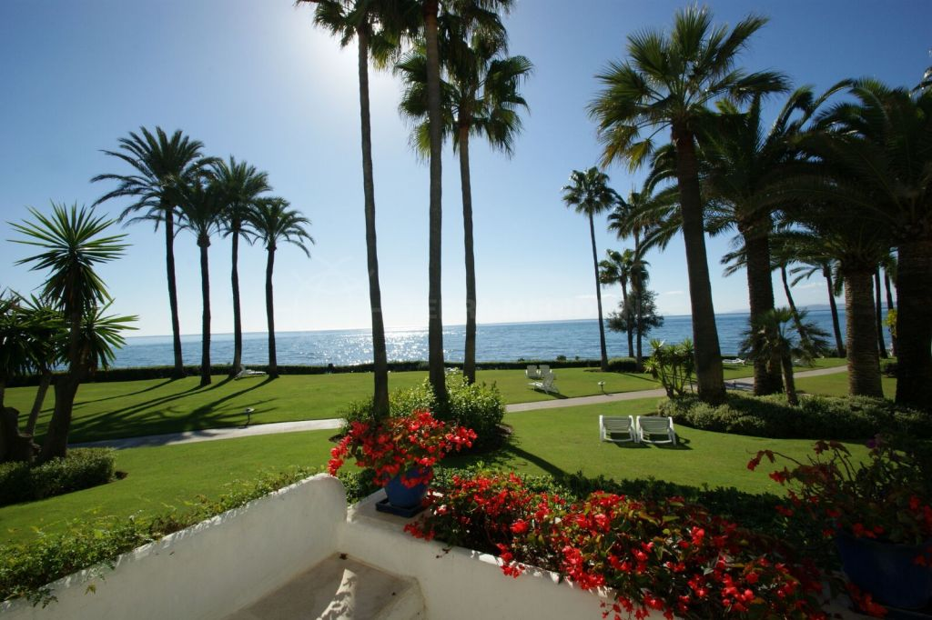 Estepona, Prime location in Alcazaba Beach, Estepona - 3 bedroom ground floor apartment for sale on the front line beach