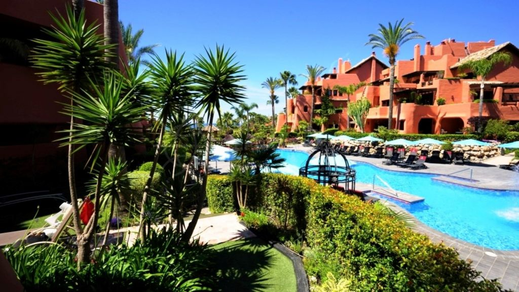Estepona, Spacious 3 bedroom ground floor apartment in frontline beach complex Torre Bermeja, Estepona