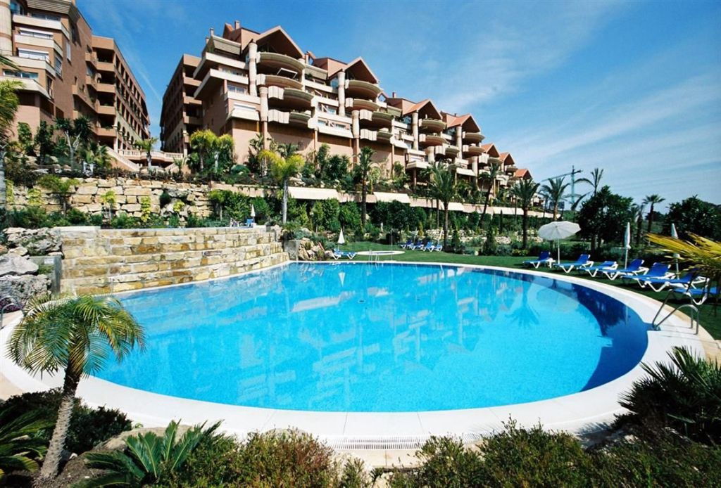 Nueva Andalucia, A superb 2 bedroom apartment for sale in Magna Marbella, Nueva Andalucia, sea views and shared pool