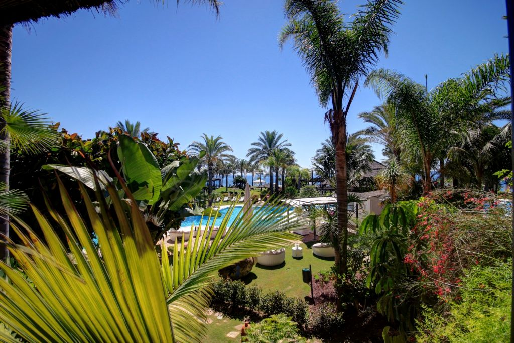 Estepona, Immaculate ground floor apartment with sea views for sale in Kempinski Hotel, Estepona