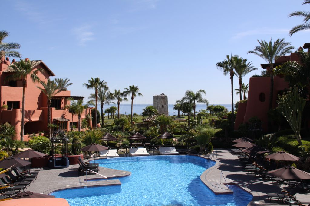Estepona, Ground floor apartment in excellent condition for sale in frontline beach complex of Torre Bermeja, Estepona