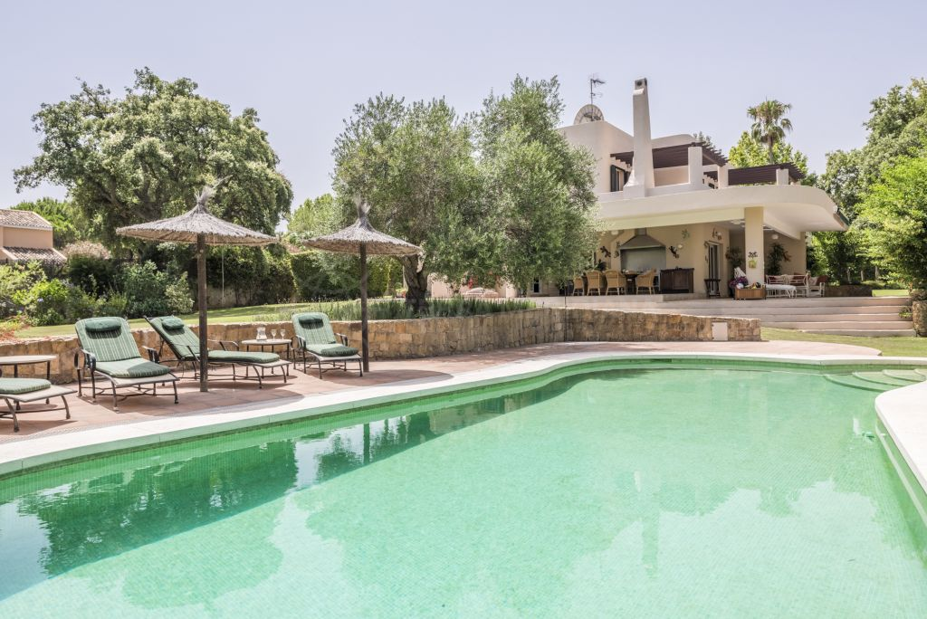 Sotogrande, Elegant 5 bedroom family villa for sale in Sotogrande Alto, large flat plot with lawn tennis court, swimming pool and outdoor kitchen