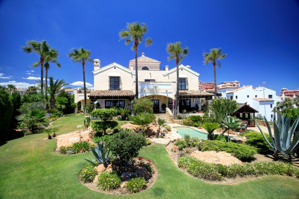 Manilva, Large villa for sale in La Duquesa Golf, with front line golf views and panoramic sea views.
