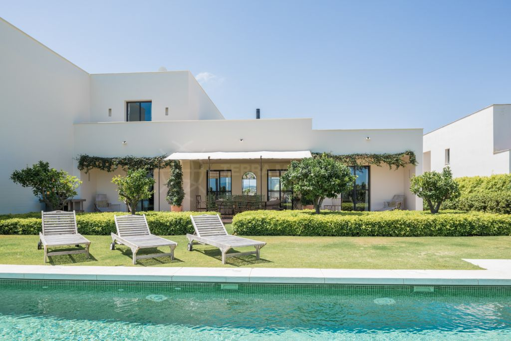 Sotogrande, Luxurious 4 bedroom villa, second line Almemara Golf course, for sale in Sotogrande Alto, with private pool and golf views
