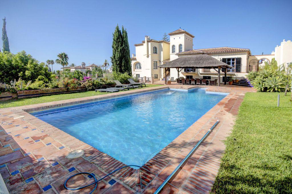 Estepona, Magnificent Mediterranean style 5 bed Villa for sale in El Padrón, Estepona