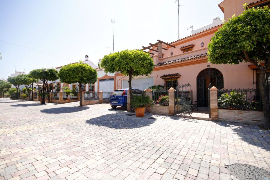 Estepona, Very large townhouse for sale on the edge of the old town, in move in condition with private parking