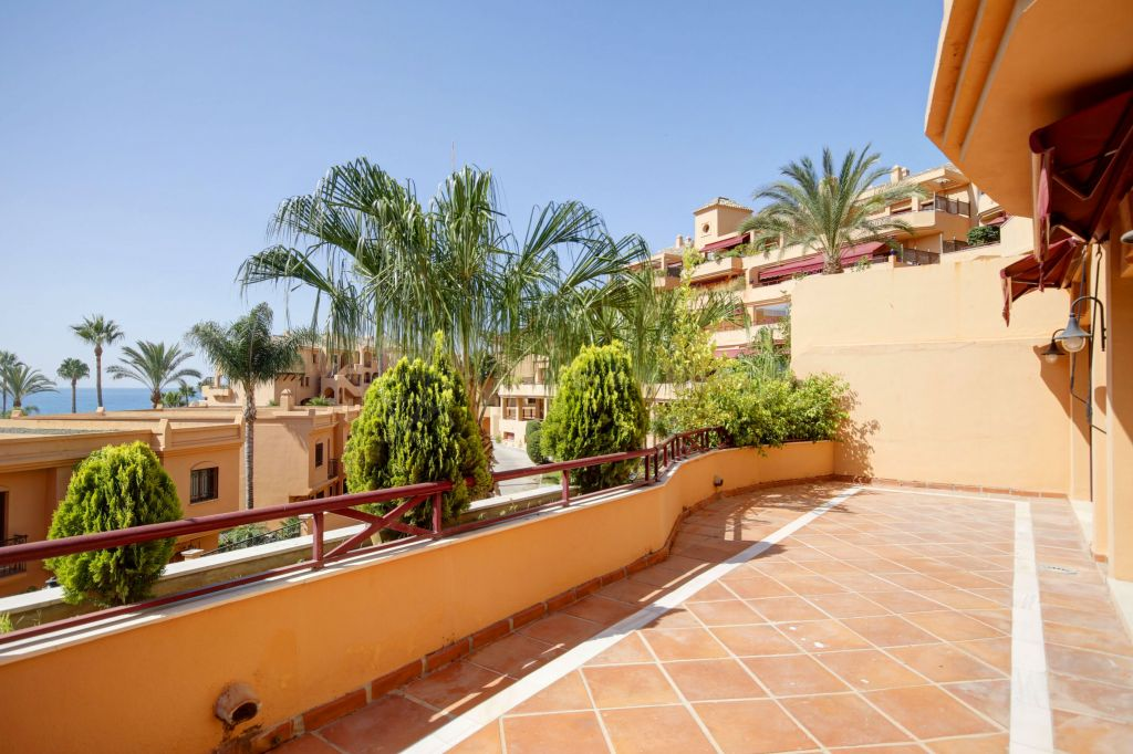 Estepona, Magnificent 5 bedroom Luxury Apartment for sale in Estepona