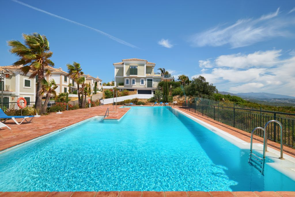 Casares, Elegant ground floor apartment with sea and golf vistas for sale in La Herencia next to Doña Julia golf course, Casares