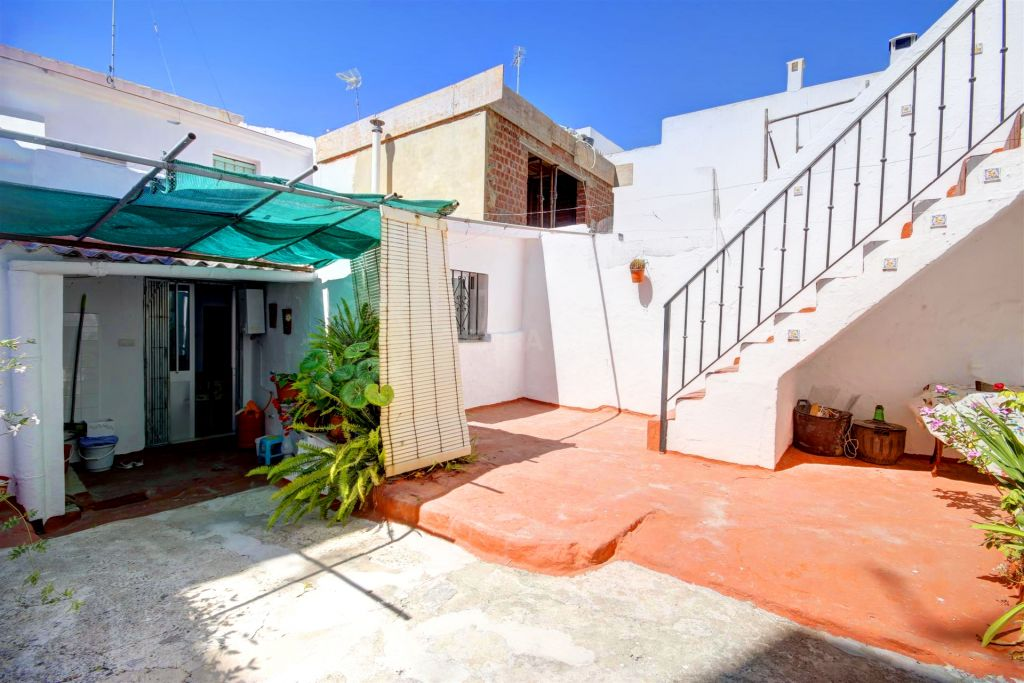 Estepona, Town house for sale in the old town of Estepona, very close to the beach with a very large ground floor patio