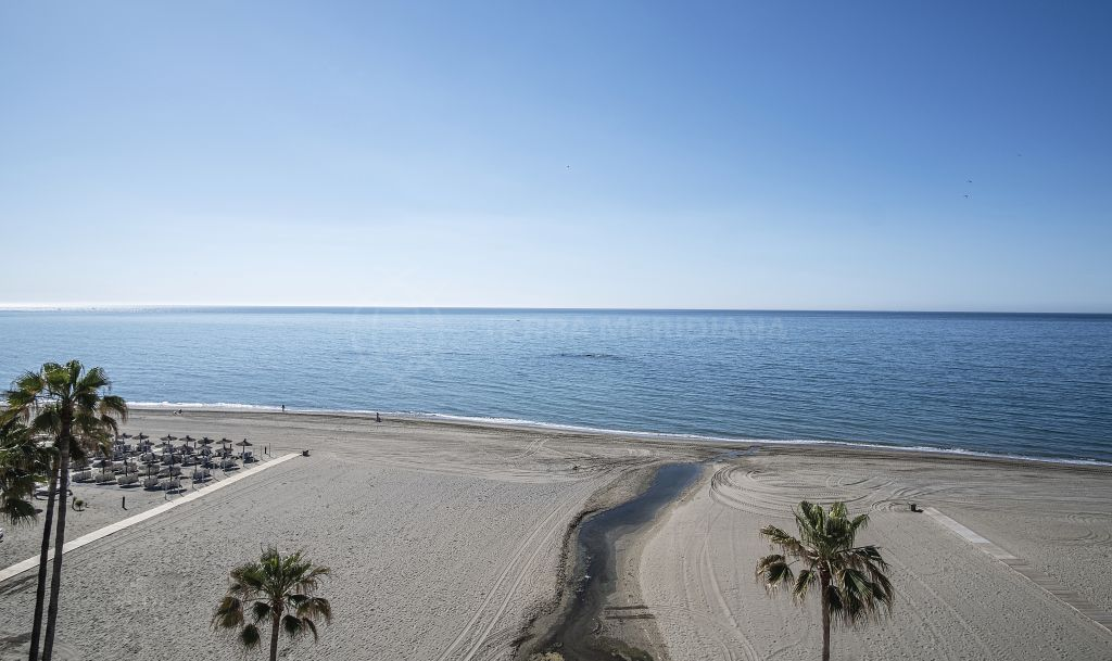 Estepona, Recently upgraded frontline beach penthouse with a scenic panorama for sale in one of Estepona´s most emblematic buildings