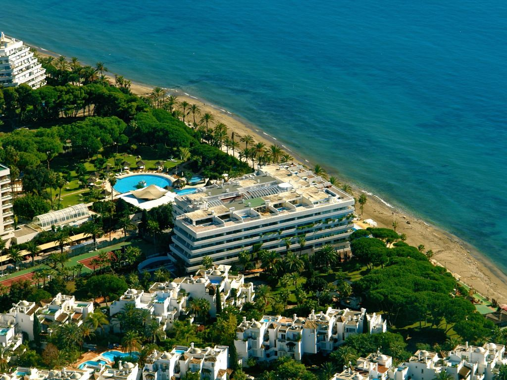 Marbella Golden Mile, Elegant apartment with sea views for sale in the exclusive luxury beachfront development of Marina Mariola, Marbella Golden Mile