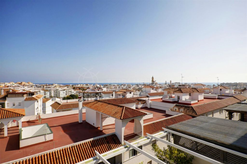 Estepona, Penthouse apartment for sale in Estepona center, with sea views, large sunny terrace and private parking