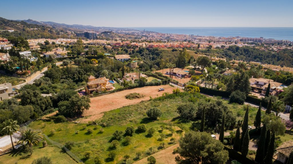 Marbella Golden Mile, Large level plot enjoying sea views with project and license for sale in the prestigious Cascada de Camojan, Marbella Golden Mile