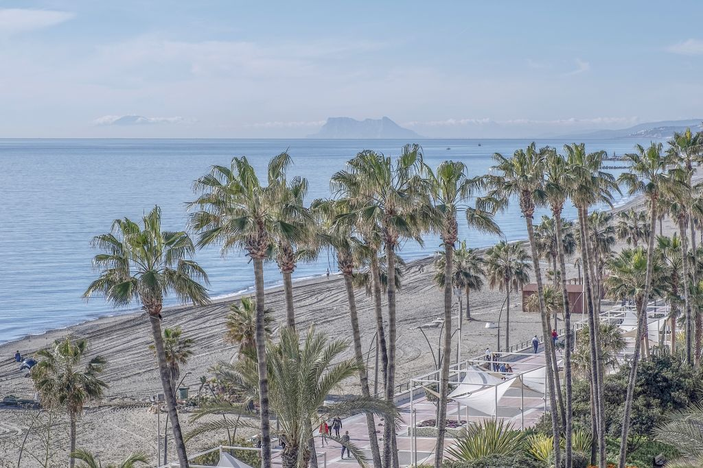 Estepona, Beachfront 5th-floor luxurious apartment awash in natural light and with expansive sea views for sale in Santa Ana, Estepona centre