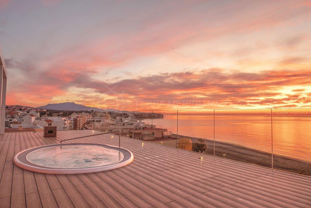 Estepona, Lujoso ático frente al mar con gran solarium, jacuzzi y vistas al mar en venta en Santa Ana, centro de Estepona