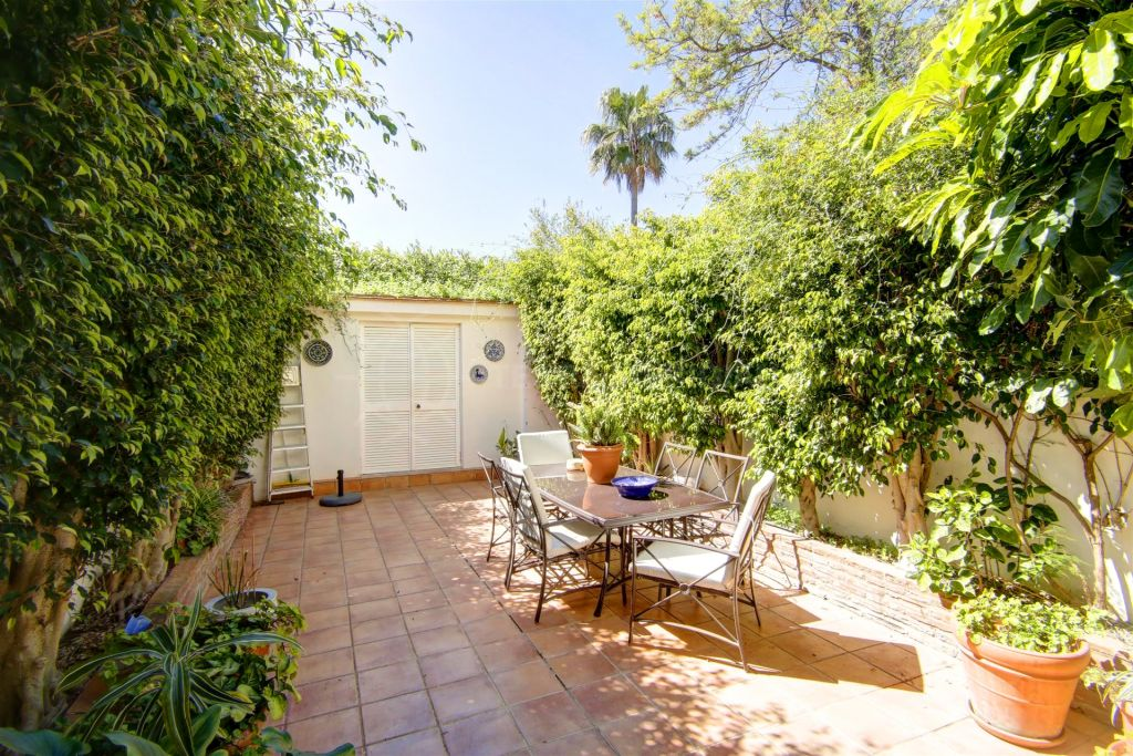Estepona, Lovely ground floor duplex apartment recently reformed, close to Estepona Marina with a large patio