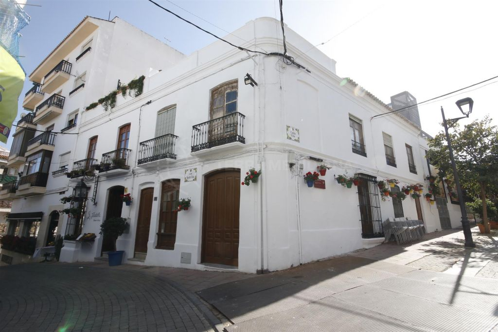 Estepona, Large townhouse for sale in ideal location 20 meters to the beach, with project to build apartments on 3 floors.