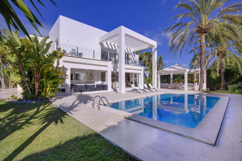 Estepona, Magnificent contemporary beachside villa for sale in the prestigious neighbourhood of Guadalmina Baja - Casasola, Estepona