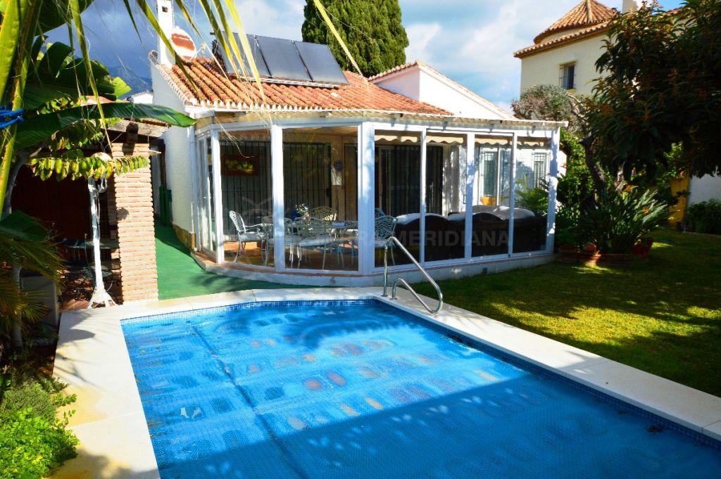 Marbella Golden Mile, Chalet junto a la playa con un tremendo potencial para añadir valor, a la venta en la codiciada urbanización Casablanca, Marbella Milla de Oro