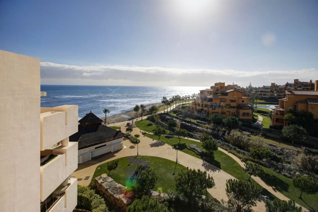 Estepona, Duplex penthouse for sale in frontline complex Bahia de la Plata in Estepona. With panoramic sea views and private pool.