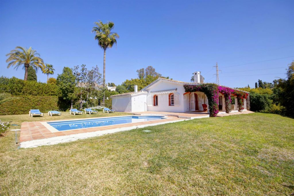 Estepona, Charming Andalusian style villa in Atalaya area, Estepona