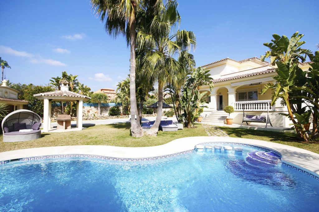 Estepona, Beautiful modern villa for sale with sea views in Bel Air, Estepona